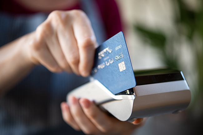 Imaginea unei achizitii platite cu un card ded debit.